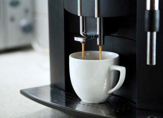 Wybieramy kompaktowy automat do kawy dla małego biura – sprawdź, jak zrobić to z głową!